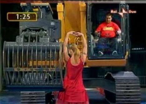İş makinasıyla striptiz - 17